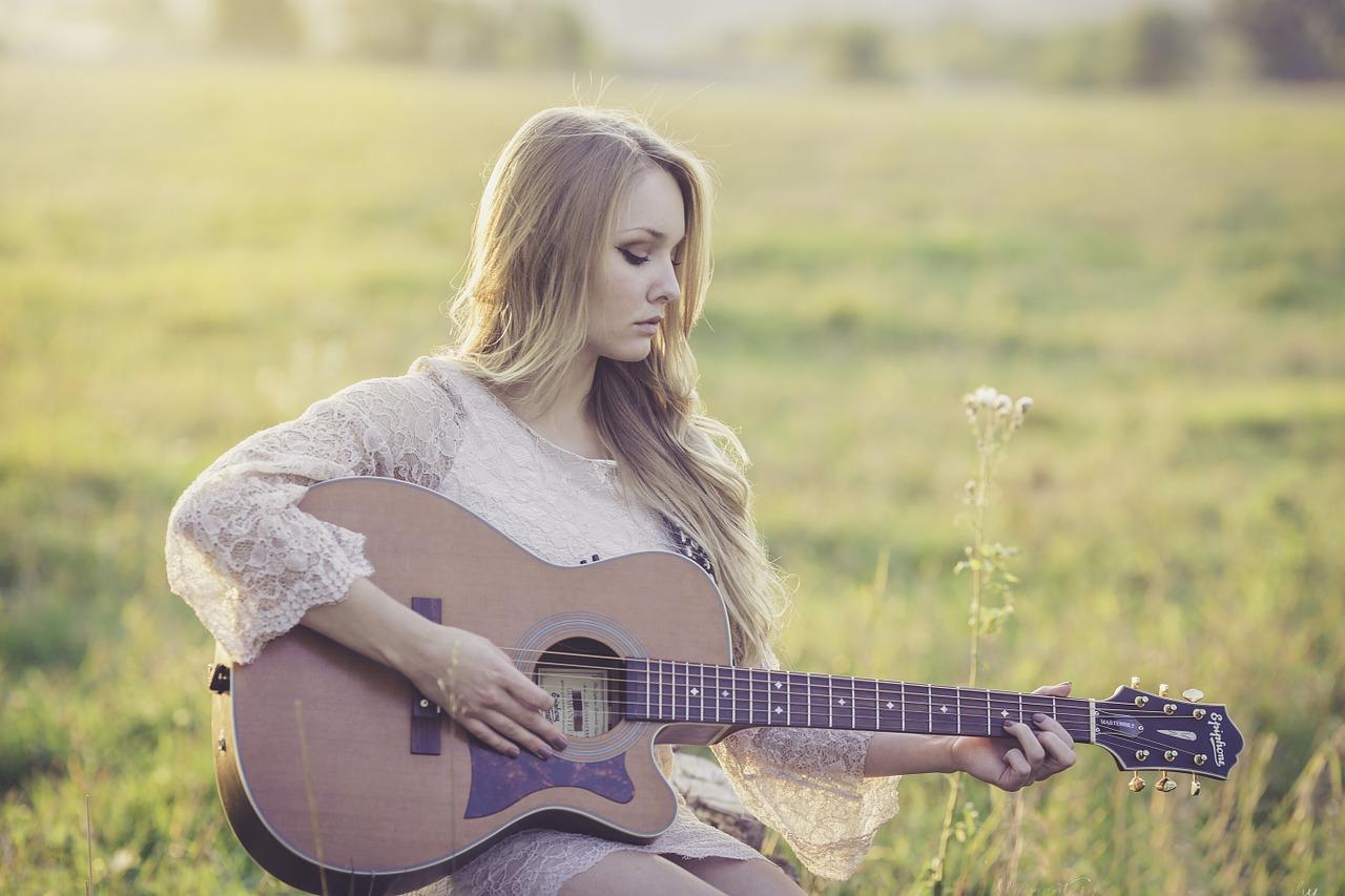 鉄筋コンクリートの部屋でギター弾いてたら苦情が来た!その解決策は?